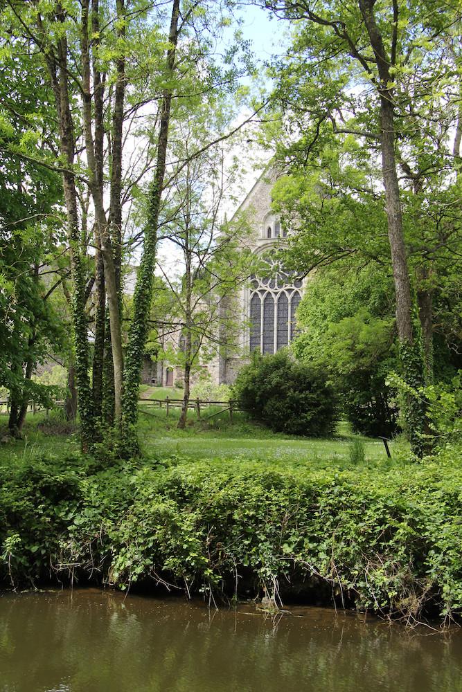 vue sur l'église depuis la rive opposée