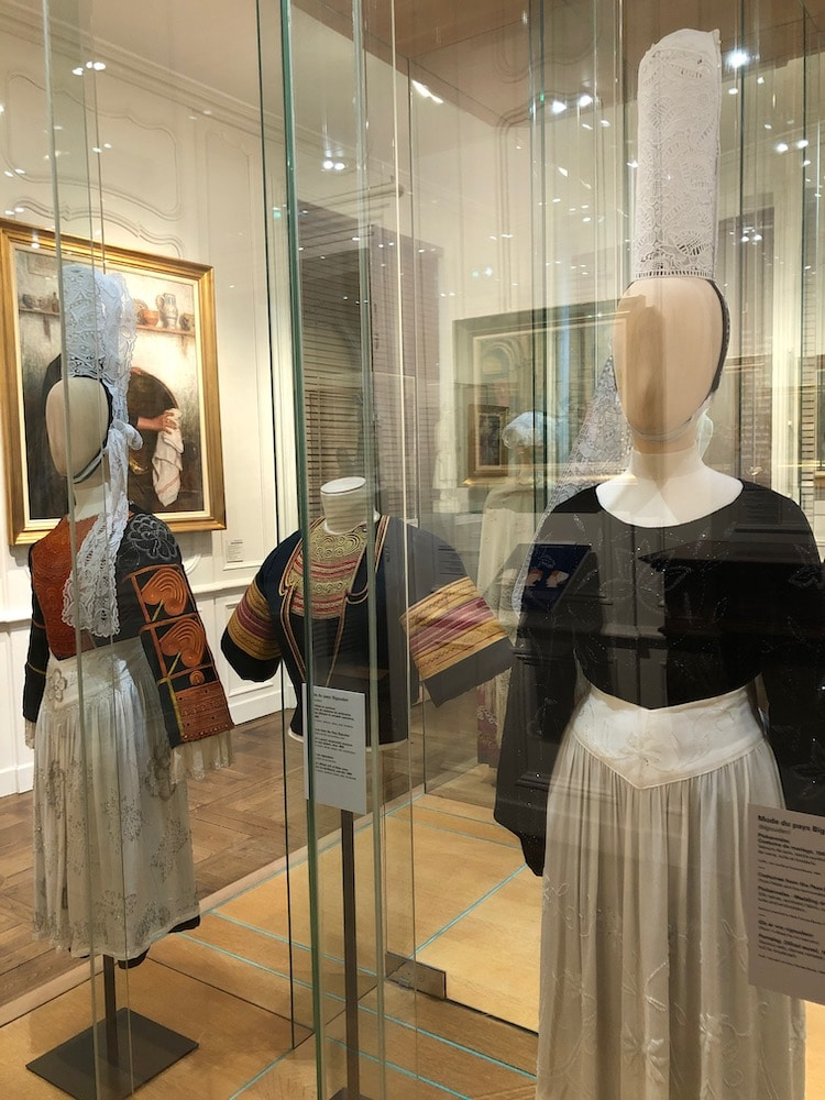 Coiffes et vêtements traditionnels bigoudens